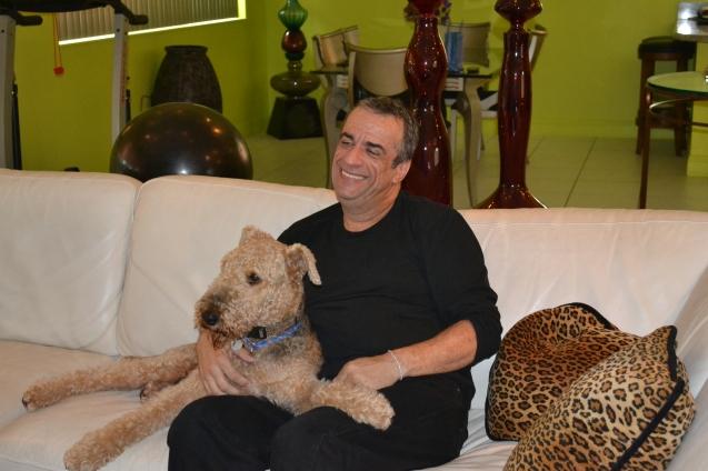 Carlos Borges em sua casa com Dylan, um Terrier Airedale de 6 anos.