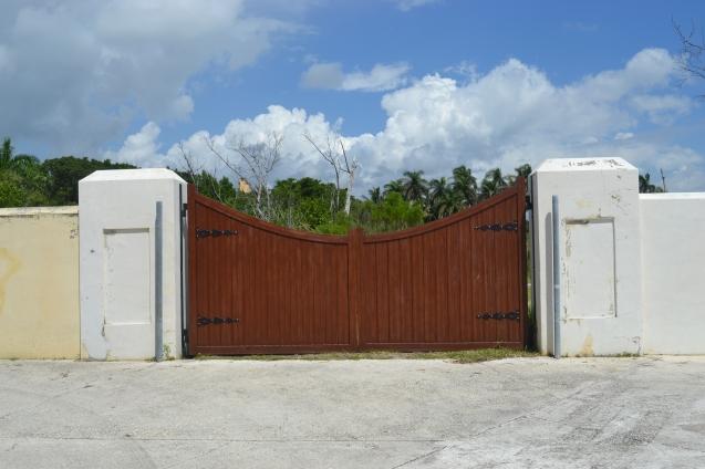 Outro portão dentro da propriedade de 444 acres.