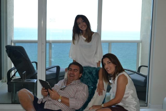 José Carlos Semenzato, empresário (Instituto Embelleze) com Samara, sua esposa, e filha Beatriz