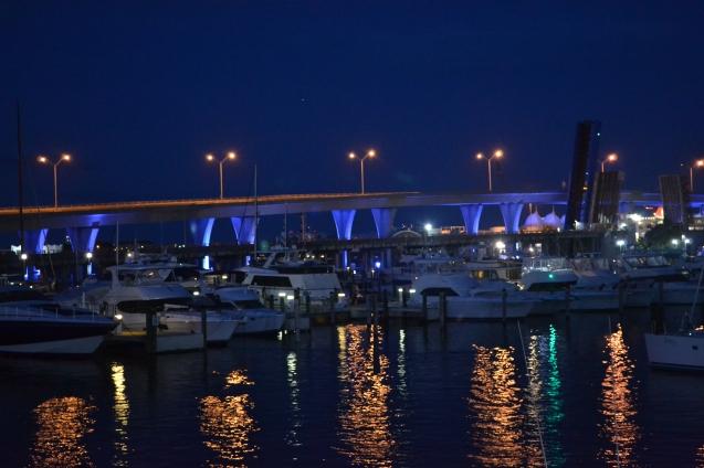 A grande ponte sobre Biscayne Bay, ligando Miami a Miami Beach. Vista do Bayside